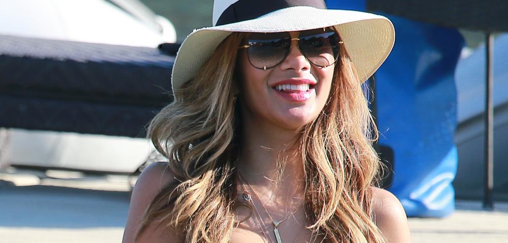 Nicole usa biquíni da Victoria's Secret em praia da Grécia